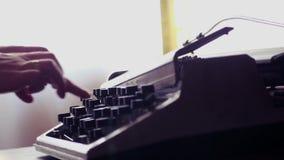 女性递在一台老打字机的按钮 软的模糊的光 3840x2160 影视素材