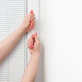女性递whith修指甲和盲人在窗口 库存照片