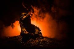 女性邪魔 邪魔来 恶魔或妖怪形象Slhouette在火背景的  免版税库存图片