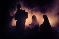 女性邪魔 邪魔来 恶魔或妖怪形象Slhouette在火背景的  免版税库存照片