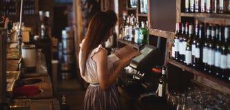 女性酒吧嫩看的菜单 免版税库存照片