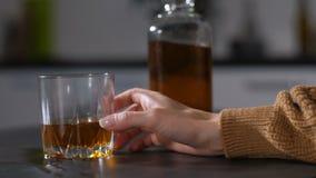 女性酒店人` s手倾吐的酒精到玻璃里 股票视频