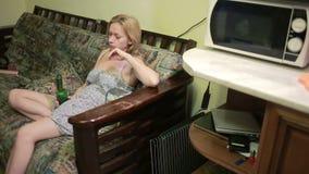 女性酒精依赖性,有一个瓶的妇女在手上 股票视频