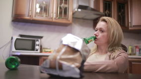 女性酒精依赖性,有一个瓶的妇女在手上 股票录像