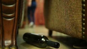 女性酒精依赖性,有一个瓶的妇女在手上 影视素材
