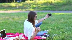 女性采取selfie外面 影视素材