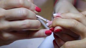 女性钉子绘画工艺特写镜头视图  创造梯度用刷子 美好的指甲艺术 影视素材