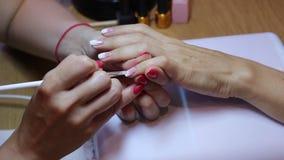 女性钉子绘画 创造梯度用刷子 手和手指特写镜头视图  股票录像