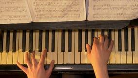 女性钢琴演奏者,从上面的看法 妇女播放钢琴顶视图 免版税库存图片