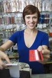 女性销售辅助在现金柜台 库存照片
