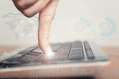 女性键入在便携式计算机键盘 3d概念互联网翻译证券 免版税库存图片