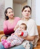 女性问题 成熟母亲请求从daught的饶恕 库存图片