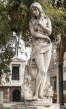 女性雕象,圣地亚哥Cementerio一般de圣地亚哥,智利一般公墓  免版税库存图片