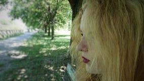 女性青少年的侧面外形 免版税图库摄影