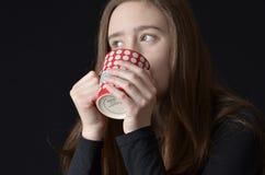 青少年喝从杯子 免版税库存照片