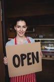 女性面包师藏品开放牌 免版税库存图片