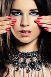 女性面孔特写镜头 构成,修指甲钉子,首饰项链 图库摄影