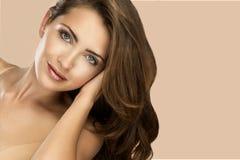 女性面孔秀丽画象与自然皮肤的 库存照片