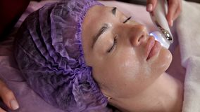 女性面孔,胶原面具 皮肤拉紧的机器 审美医学 激光皮肤色变 妇女在期间 股票录像