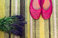 女性鞋子和花 免版税图库摄影