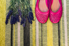 女性鞋子和花 免版税库存照片