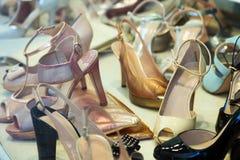 女性鞋子在商店 免版税库存图片