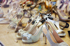 女性鞋子在商店 免版税库存照片