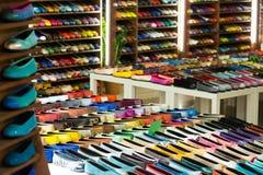女性鞋子在商店 免版税图库摄影