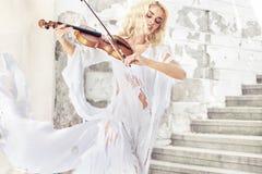 女性音乐家的惊人的画象 免版税库存图片