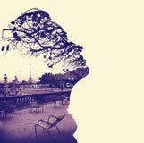 女性顶头外形的剪影,构筑的巴黎艾菲尔铁塔 图库摄影