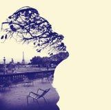女性顶头外形的剪影,构筑的巴黎艾菲尔铁塔 免版税图库摄影