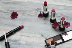 女性顶视图有makeups的包括唇膏、眼睛调色板、基础,刷子和其他 图库摄影