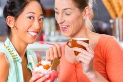 女性顾客在有冰淇凌的客厅里 库存照片