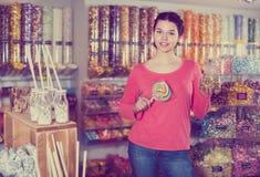 女性顾客展示选择了甜点 图库摄影