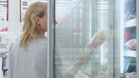 女性顾客选择在冰箱被存放的半成品 影视素材