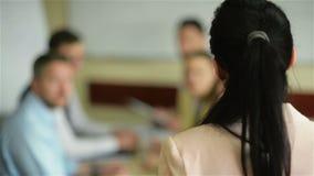 女性领导人经理教练谈话与雇员小组被会集在介绍报告新的经营计划的合作会议上 影视素材
