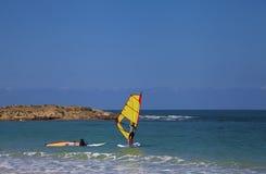 女性风帆冲浪者在海 库存图片