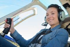 女性飞行员在驾驶舱内 库存照片