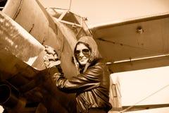 女性飞行员画象有平面推进器的 免版税库存图片