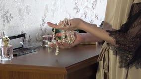 女性首饰辅助部件在模型的手上 股票录像