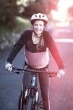 女性骑自行车的人Portriat有登山车的在乡下 库存图片