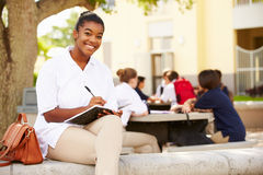 女性高中学生佩带的制服画象  免版税库存照片