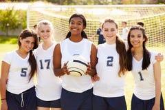 女性高中足球队员的队员 免版税图库摄影