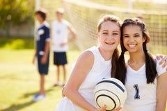 女性高中足球队员的队员 免版税库存图片