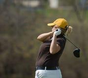 女性高尔夫球运动员侧视图 免版税库存照片