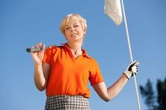 女性高尔夫球运动员前辈 免版税库存图片
