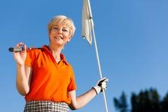 女性高尔夫球运动员前辈 免版税库存照片