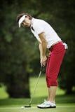女性高尔夫球运动员放置 免版税库存图片