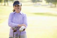 女性高尔夫球运动员纵向 库存图片