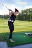 年轻女性高尔夫球运动员画象  免版税库存图片